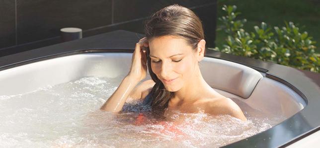 Красивая гидромассажная ванна